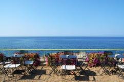 Terrasskafé med havssikt Royaltyfri Fotografi