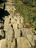 Terrasslutningstrappuppgångarna passerar till och med den trekking rutten Royaltyfria Bilder