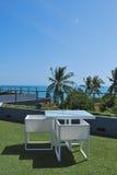 Terrassvardagsrum med vita rottingfåtöljer Royaltyfria Foton