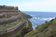 Terrasvormig land naast de oceaan Stock Foto's