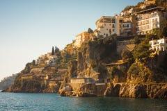 Terrasvormige huizen die het overzees, Italië overzien stock foto