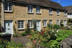 Terrasvormige huizen en tuinen in het dorp Cirencester in Engeland stock afbeeldingen