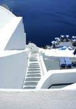 Terraza acogedora de Santorini con la escalera Imagen de archivo libre de regalías