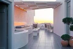 Terraza asombrosa del hotel en Firostefani, Santorini, Grecia Foto de archivo