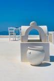 Terraza blanca en Santorini Foto de archivo libre de regalías
