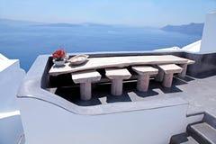 Terraza blanca hermosa con la opinión del mar sobre la isla de Santorini, Greec Fotografía de archivo