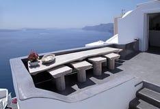 Terraza blanca hermosa con la opinión del mar sobre la isla de Santorini, Greec Fotografía de archivo libre de regalías