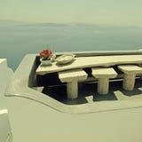 Terraza blanca hermosa con la opinión del mar sobre la isla de Santorini, Greec Fotos de archivo