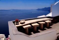 Terraza blanca hermosa con la opinión del mar sobre la isla de Santorini, Oia, Imagenes de archivo