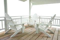 Terraza blanca y sillas blancas Fotos de archivo