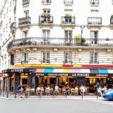 Terraza colorida parisiense de los bistros Imagen de archivo libre de regalías