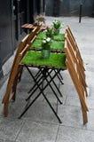 Terraza con la hierba artificial en la tabla imagen de archivo
