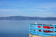 Terraza con la opinión de la costa del lago Baikal, Siberia Imagen de archivo
