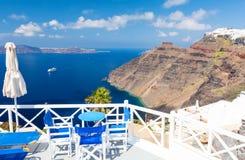 Terraza con la opinión sobre el Mar Egeo de la isla de Santorini, Cícladas, Grecia Fotografía de archivo libre de regalías