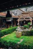 Terraza con la tabla de madera y sillas en una casa tropical Sri Lanka Foto de archivo