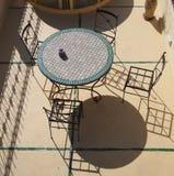 Terraza con la tabla y las sillas Foto de archivo