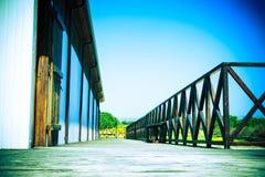 Terraza con las verjas y el banco de madera marrones entonado Imágenes de archivo libres de regalías