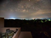 Terraza con vistas a vía láctea Imagenes de archivo