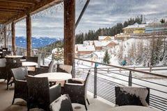 Terraza cubierta por la nieve en el restaurante de la estación de esquí Imagenes de archivo