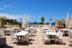 Terraza de la opinión del mar del restaurante del hotel de lujo Imagen de archivo