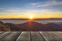 Terraza de madera con la opinión de perspectiva sobre las colinas de la montaña y los wi de la niebla foto de archivo libre de regalías