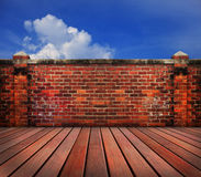 Terraza de madera de la pared de ladrillo vieja con el backgrund del cielo azul Fotos de archivo libres de regalías