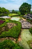 Terraza de madera en el parque y la piscina Imagen de archivo