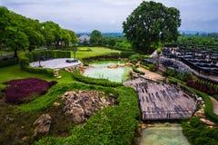 Terraza de madera en el parque y la piscina Imagen de archivo libre de regalías