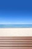 Terraza de madera en la playa Fotos de archivo