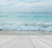 Terraza de madera en la playa con el cielo claro, Crystal Clean y las ondas claras del mar y grandes viniendo al fondo del paisaj Imagen de archivo libre de regalías