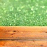 Terraza de madera y verde Bokeh Fotografía de archivo