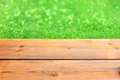 Terraza de madera y verde Bokeh Imagen de archivo libre de regalías