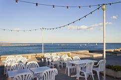 Terraza de una barra del restaurante en frente el mar Fotos de archivo libres de regalías