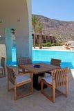Terraza del hotel del verano con la piscina y los muebles al aire libre (Grecia) Fotos de archivo libres de regalías