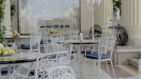 Interior Del Restaurante Del Verano Con Los Muebles Blancos