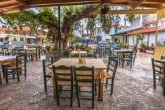 Terraza del restaurante en el pueblo griego Fotografía de archivo libre de regalías