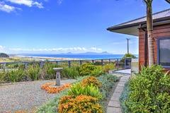 Terraza delantera de Aurora Lodge Waipu, NZ imagenes de archivo
