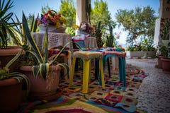 Terraza elegante de Boho en el taverna griego Foto de archivo libre de regalías