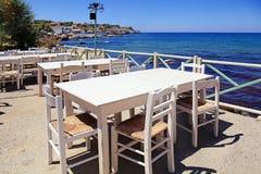 Terraza griega al aire libre del café que pasa por alto el mar, Creta, Grecia Imagen de archivo libre de regalías