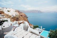 Terraza hermosa con la isla Grecia del santorini de la opinión del mar Foto de archivo libre de regalías