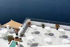 Terraza hermosa con la opinión del mar sobre la isla de Santorini, Grecia Imagen de archivo