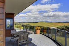 Terraza hermosa de Aurora Lodge Waipu, NZ foto de archivo