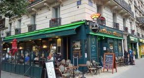 Terraza irlandesa del pub en París por completo de la gente que disfruta de una bebida afuera Fotos de archivo libres de regalías