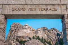 Terraza magnífica conmemorativa nacional de la opinión del monte Rushmore imagenes de archivo