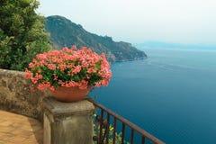 Terraza maravillosa del jardín del chalet Rufolo foto de archivo