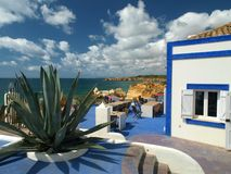 Terraza que pasa por alto la playa hermosa Fotografía de archivo libre de regalías