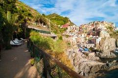 Terraza relajante en el pueblo de Manarola, Cinque Terre Fotografía de archivo