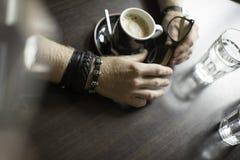 Terraza típica del café con dos tazas de coffe en las tablas y las sillas Foto de archivo libre de regalías