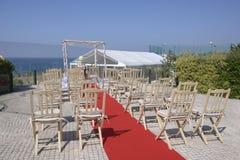 Terraza vacía, vista al mar azul, casandose el Gazebo, sillas Fotografía de archivo libre de regalías