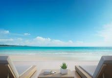 Terraza y camas en casa de playa de lujo moderna con el fondo del cielo azul, sillones de la opinión del mar en cubierta de mader Imagenes de archivo